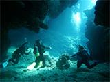 3人で洞窟の中から光を眺める