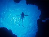 優雅に泳ぐダイバー