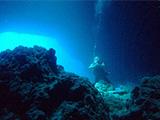 洞窟を眺めるダイバー