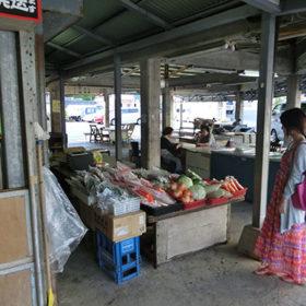 本部町営市場の新鮮な野菜とくだもの