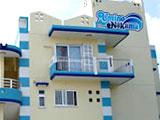白と青の大きなペンション