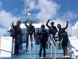 ボートから手を振る5人のインストラクター
