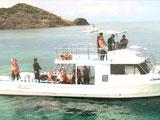 ボートに乗ってポイントに向かうダイバー