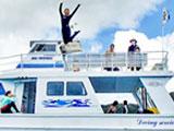 船の上でポーズを決めるイントラ