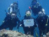 賞状を海の中で飾るダイバー