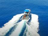 豪快な水しぶきをあげるボート