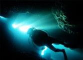 青の洞窟から出るダイバー