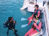 女性2人に指導するダイバー