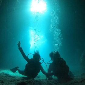 青の洞窟で体験するダイバー