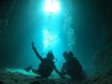 青の洞窟で楽しむダイバー
