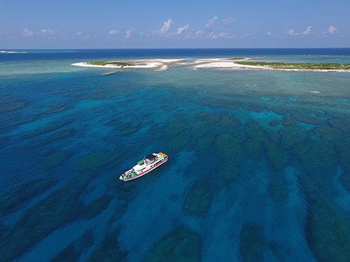 無人島に向かうボート