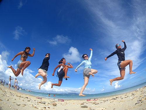 楽しそうにジャンプする5人のダイバー