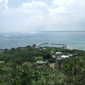 大神島の展望台から港を見下ろす