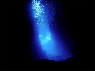 暗闇から青い光を放つ洞窟