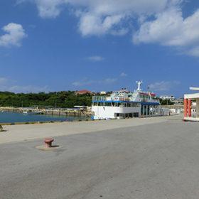 観光フェリーと津堅島ターミナル