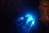 青い光が差し込む洞窟