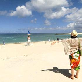 海を見て感動する女性