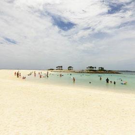 真っ白な砂浜のエメラルドビーチ