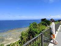 知念岬公園から海を眺める観光客