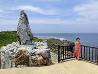 岬の端で記念撮影する観光客