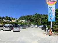 大きな看板と伊計ビーチ
