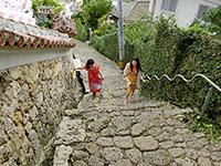 階段の上る観光客
