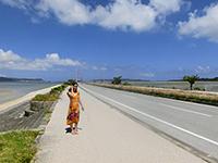 海中道路の横の歩道