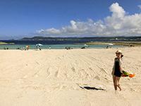 広い砂浜でポーズする女性