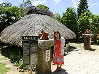 古民家の前で撮影する観光客