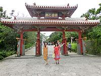 首里城正門の前でポーズする女性