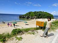 とけい浜を入口から眺める女性
