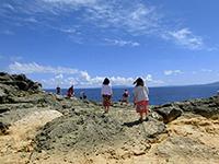 残波岬の端に向かう観光客
