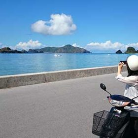 島を眺める女性