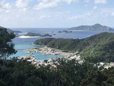 座間味島港周辺の海
