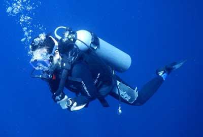フル装備で潜っているダイバー