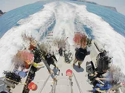 座間味島の七番崎に停泊するダイビングボート