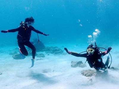 講習を受ける体験ダイバー