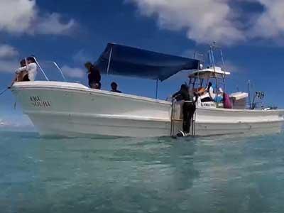ダイビングボートの上でランチしているダイバー達