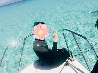 ダイビングボートの上に座るダイバー